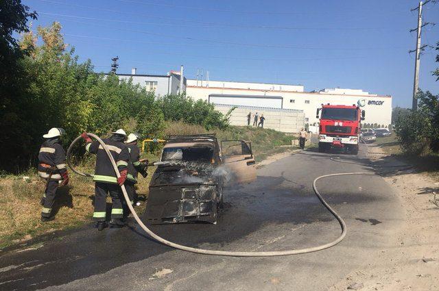 На повному ходу загорівся автомобіль, дізнайтеся про стан потерпілих