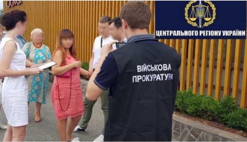 У Києві на хабарі 3400 доларів затримали інспектора митниці