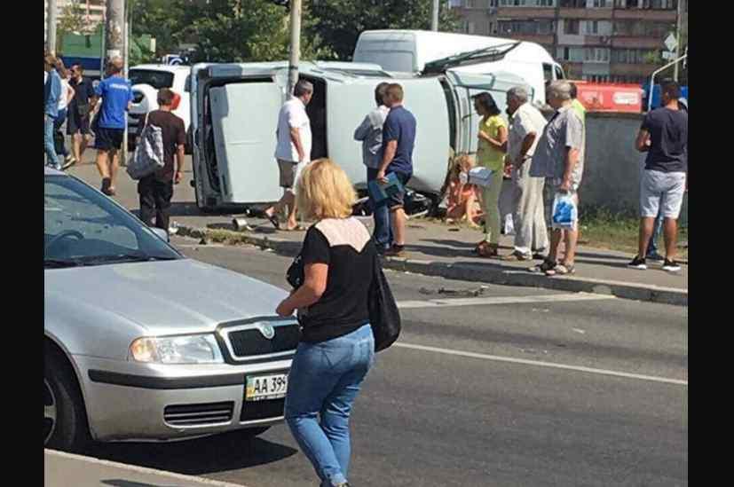 Авто вилетіло на тротуар просто в людей: з'явилися перші подробиці та фото