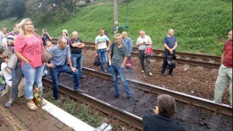 Лягли на рейки: у Львові пасажири які не змогли втиснутися в електричку влаштували бунт