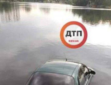 """""""Залишається тільки здогадуватися"""": У Києві легковик потонув в озері"""