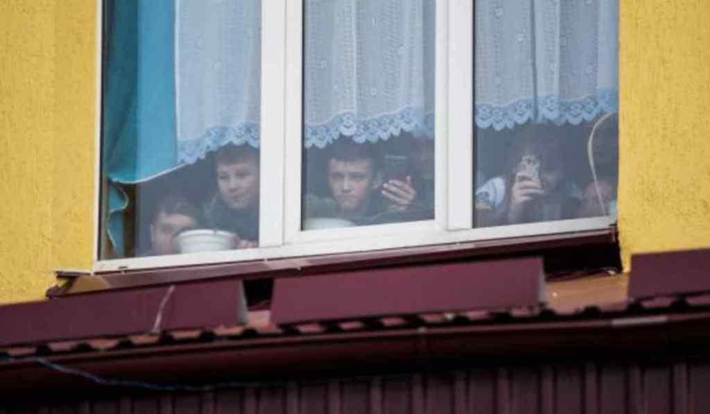 Тікаючи від охоронця, вистрибнув на вулицю: на Львівщині підліток випав з вікна школи