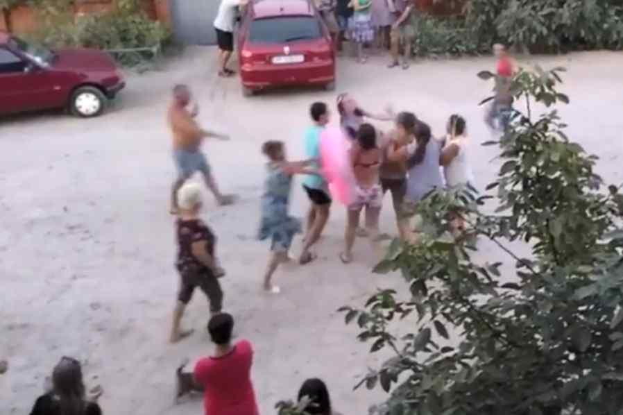 """""""Спочатку валялась на дорозі а потім…"""":  Жінка влаштувала дебош на українському курорті (ВІДЕО)"""