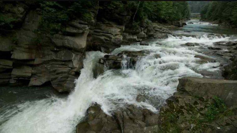 Маленька дівчинка впала у водоспад: мати кинулася рятувати, подробиці