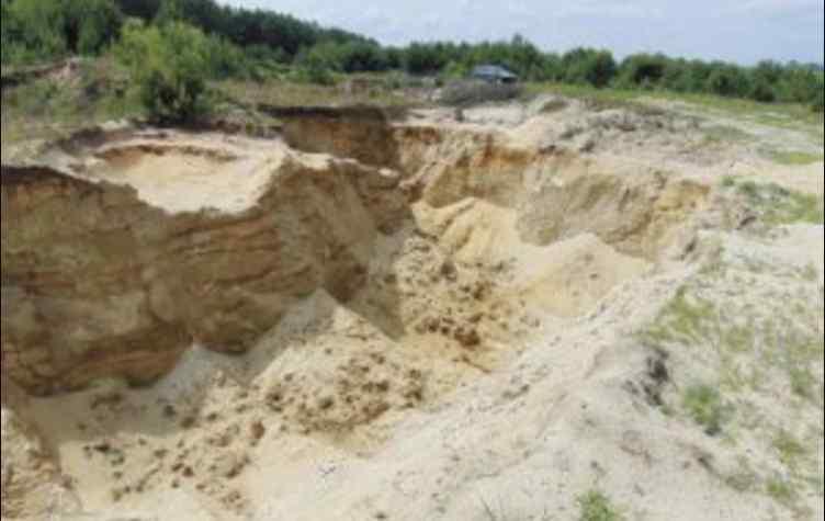 Кинулися розкопувати та не встигли: 4-річний хлопчик трагічно загинув під завалами піску
