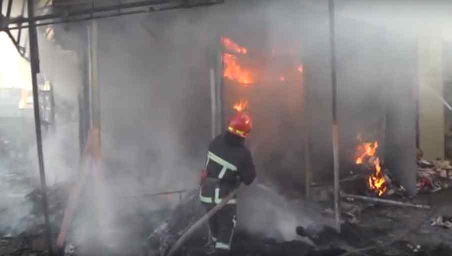 У Хмельницькому спалахнула пожежа на речовому ринку