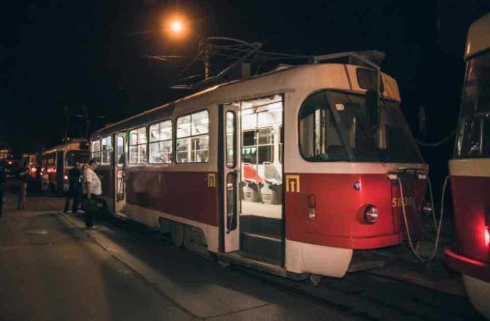 """""""Швидка"""" на місці констатувала смерть: у Києві чоловік помер в трамваї"""
