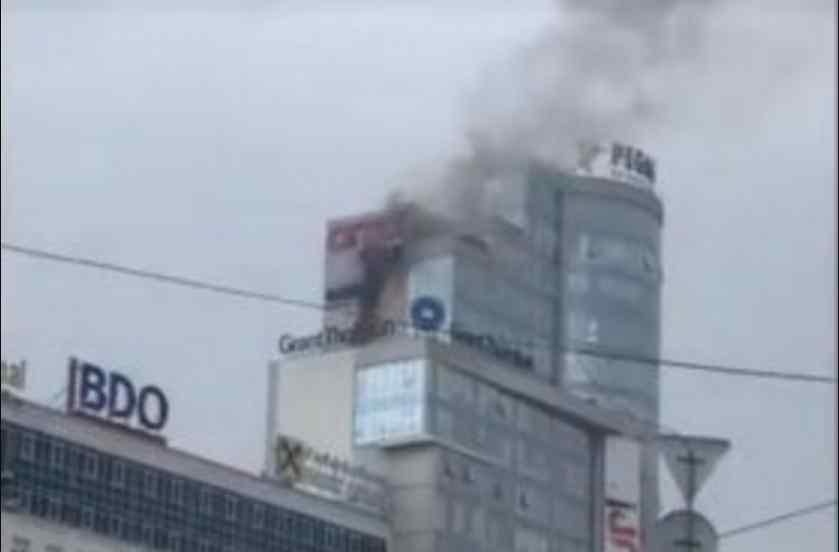 Небо вкрите їдким чорним димом: у Києві горить великий бізнес-центр (ВІДЕО)