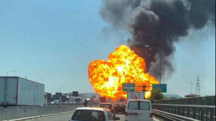 """""""Палають десятки авто і стогнуть обгорілі люди"""": У відомому аеропорту пролунав потужний вибух"""
