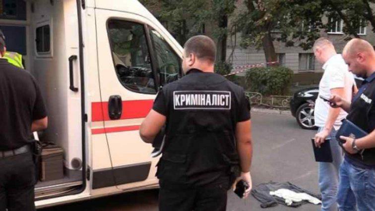 Ножем в шию: у Києві посеред білого дня жорстоко вбили чоловіка