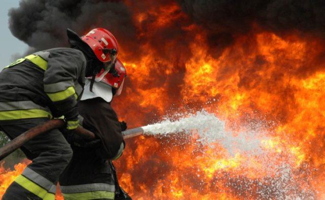 Третю добу боряться з лихом: на Луганщині не вщухає пожежа на хімзаводі
