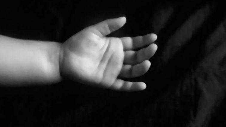 Гірше за звіра: В Києві знайшли горе-мати, яка викинула свою новонароджену дитину на смітник та залишила помирати