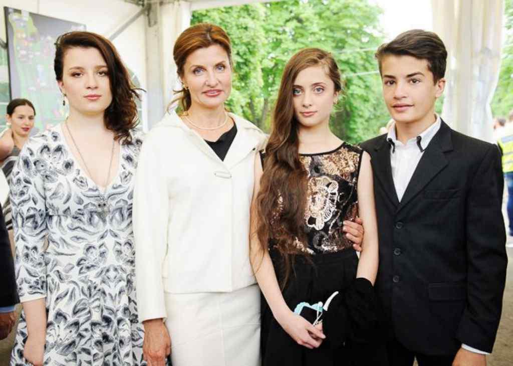 По-королівськи! Марина Порошенко з доньками вразили неймовірними вишиванками (Фото)