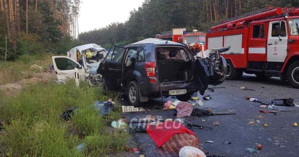 """""""Ще живого вирізали з авто, але не встигли"""": Під Києвом внаслідок потужної аварії загинули 4 людини"""
