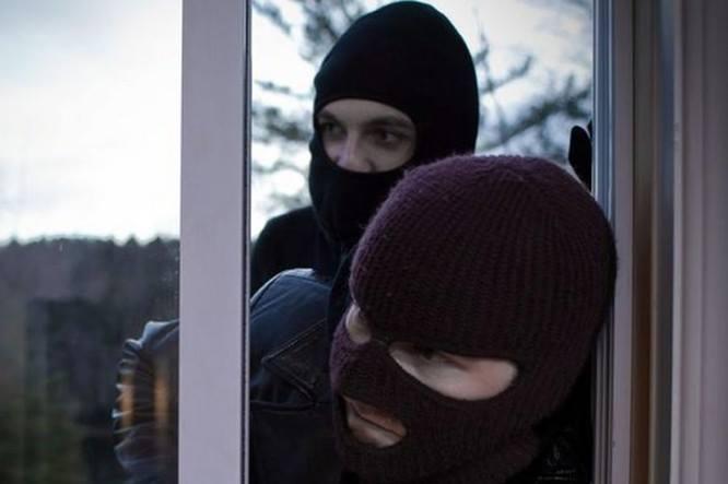 Погрожували гранатою та вимагали гроші: В Києві невідомі напали на будинок відомого чиновника