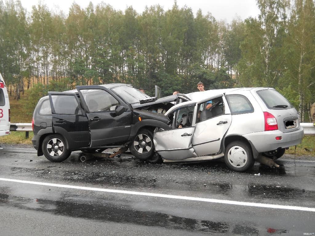 Моторошна ДТП на Львівщині: Два автомобілі на швидкості зіткнулись лоб в лоб