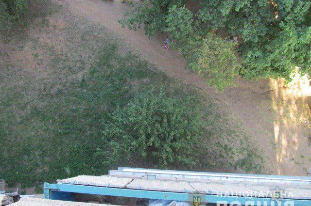 Поки батьки були у від'їзді: Під вікнами власного будинку знайшли тіло хлопчика