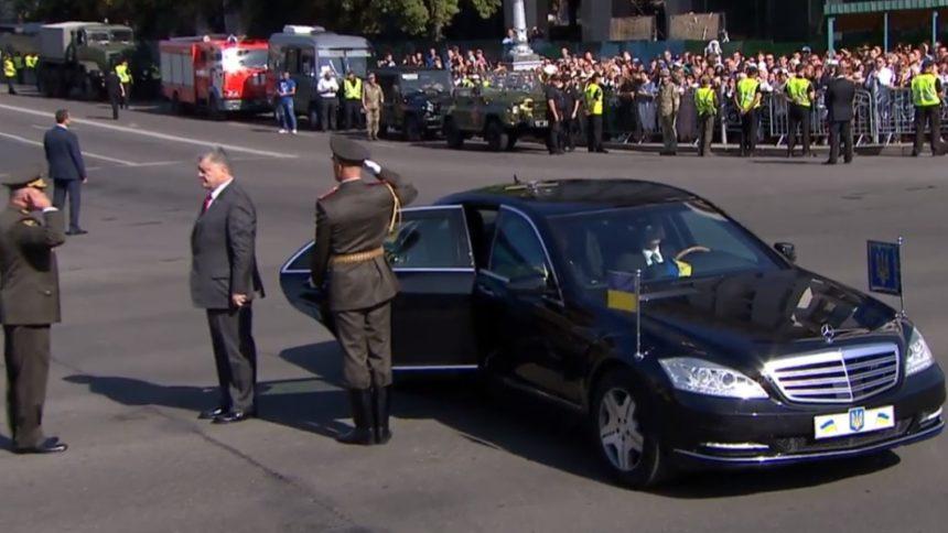 Не витримав: солдат почесної варти знепритомнів перед Порошенком на параді присвяченому Дню Незалежності