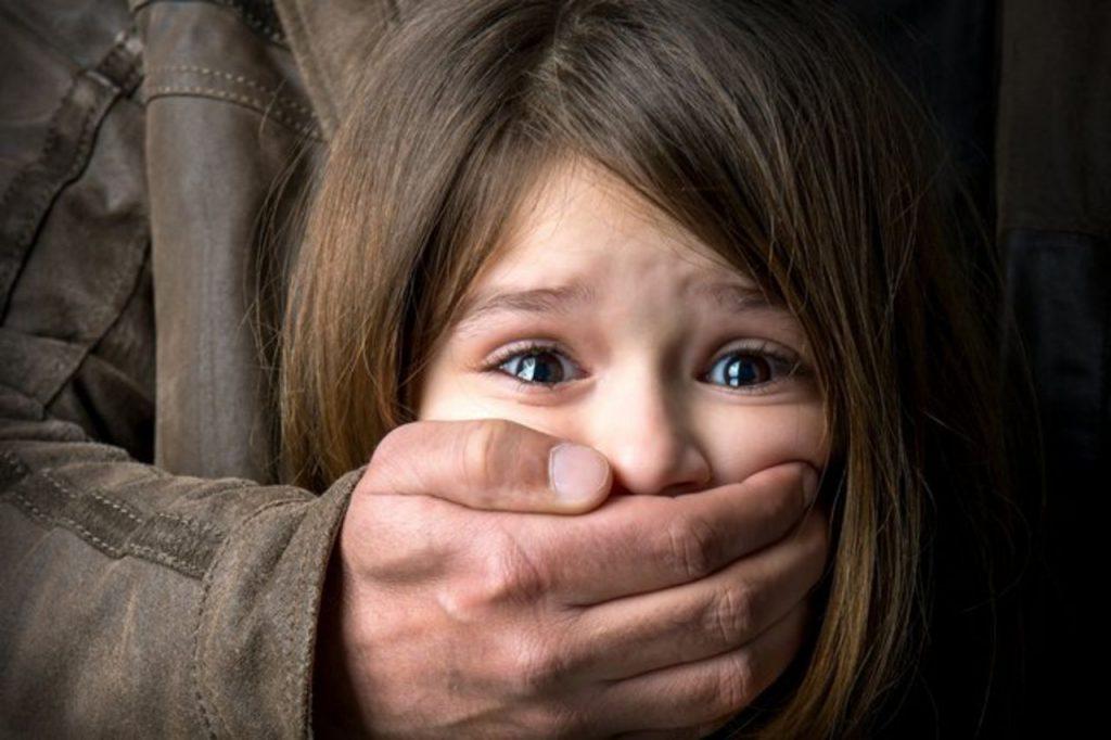 Схопив дитину і потягнув з собою: збоченець напав на дівчинку в парку прямо на очах у матері