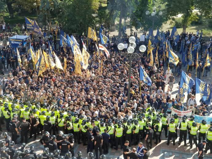 Кидали петарди та намагаються штурмом пробратись до Ради: Під ВР знову сутички, розлючені активісти вимагають негайних дій