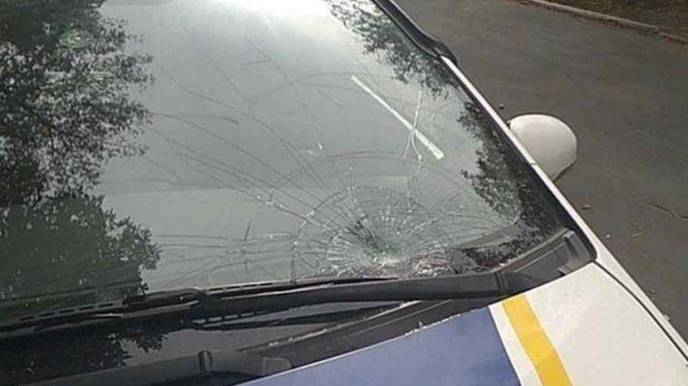 Прокатила на лобовому склі: в Україні поліцейська збила жінку на переході