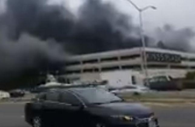 У вогні згоріли сотні машин, а полум'я було видно на кілька кілометрів: В нью-йоркському торговому центрі сталась масштабна пожежа, перші подробиці
