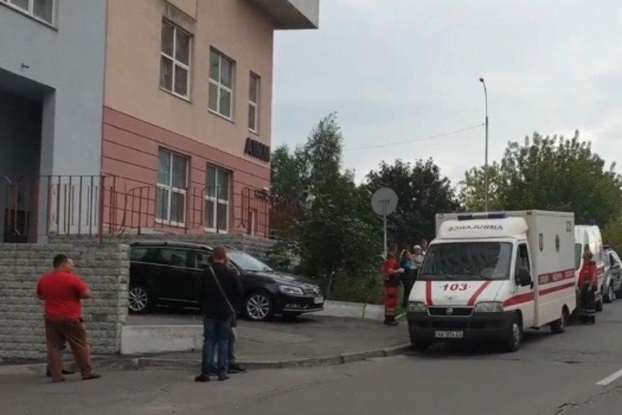 Її кеди відлетіли на 20 метрів: у Києві дівчина при загадкових обставинах випала з вікна багатоповерхівки