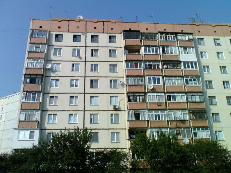 Намагалась зробити селфі: В Києві нетвереза вчителька впала з вікна багатоповерхівки