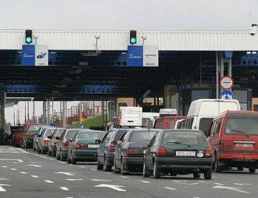 Сотні машин і кілометрові черги: на Львівщині страйкують прикордонники