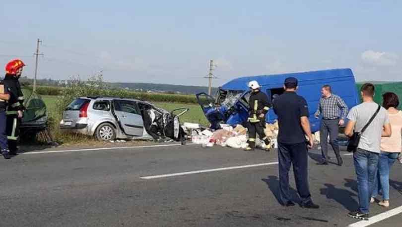 Смертельна ДТП на Прикарпатті: Автомобіль на шаленій швидкості зіткнувся з пасажирським автобусом, загинули діти