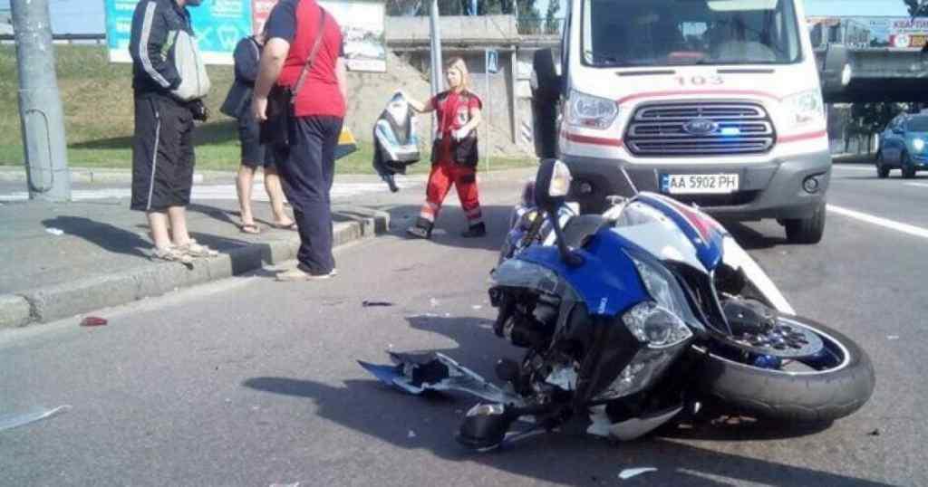 Жахлива ДТП у столиці: мотоцикл на швидкості влетів у тролейбус