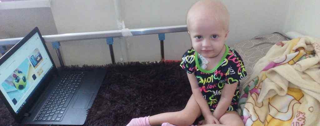 """""""Жили в невідомості, не знати, що відбувається"""": Допоможіть Евелінці здолати рак"""