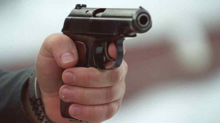 На Київщині неадекватний чоловік влаштував стрілянину на АЗС: є жертви