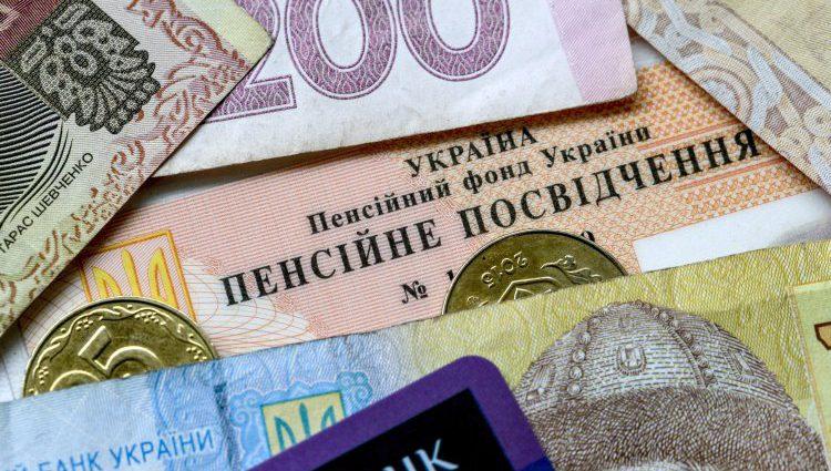 """Українці кинулися скуповувати пенсійний стаж """"на майбутнє"""": що потрібно знати кожному"""