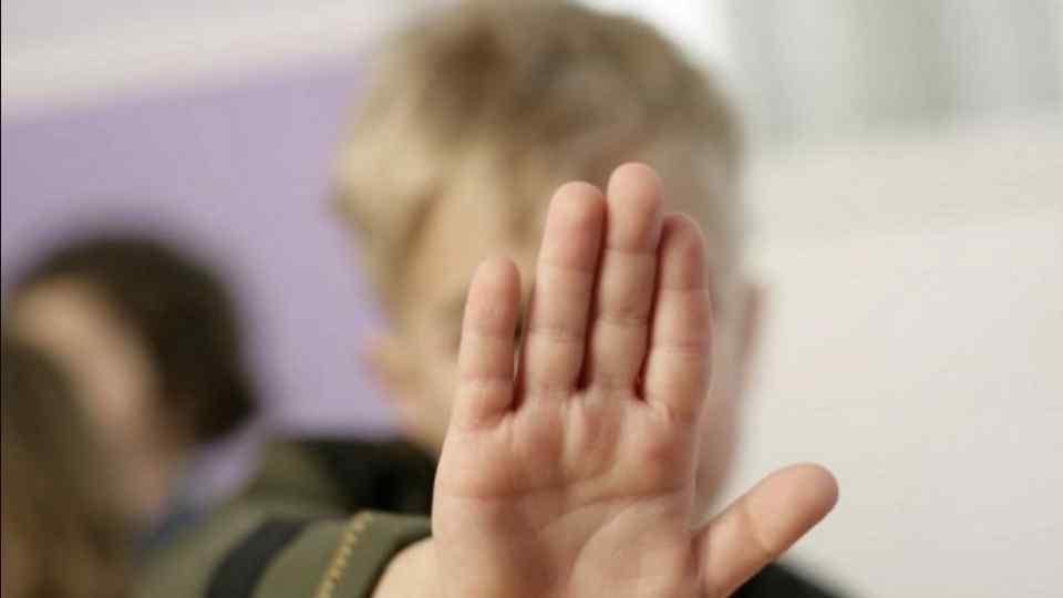 Дитина не могла навіть кричати: іноземец жорстоко поглумився над глухонімим хлопчиком