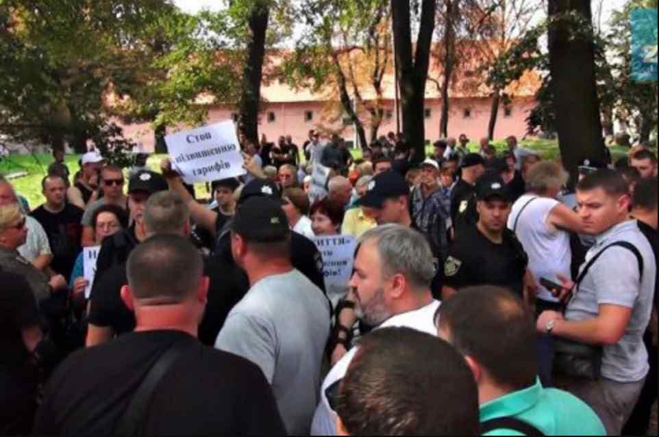 У Львові проросійських активістів закидали помідорами, показали фото розбірок