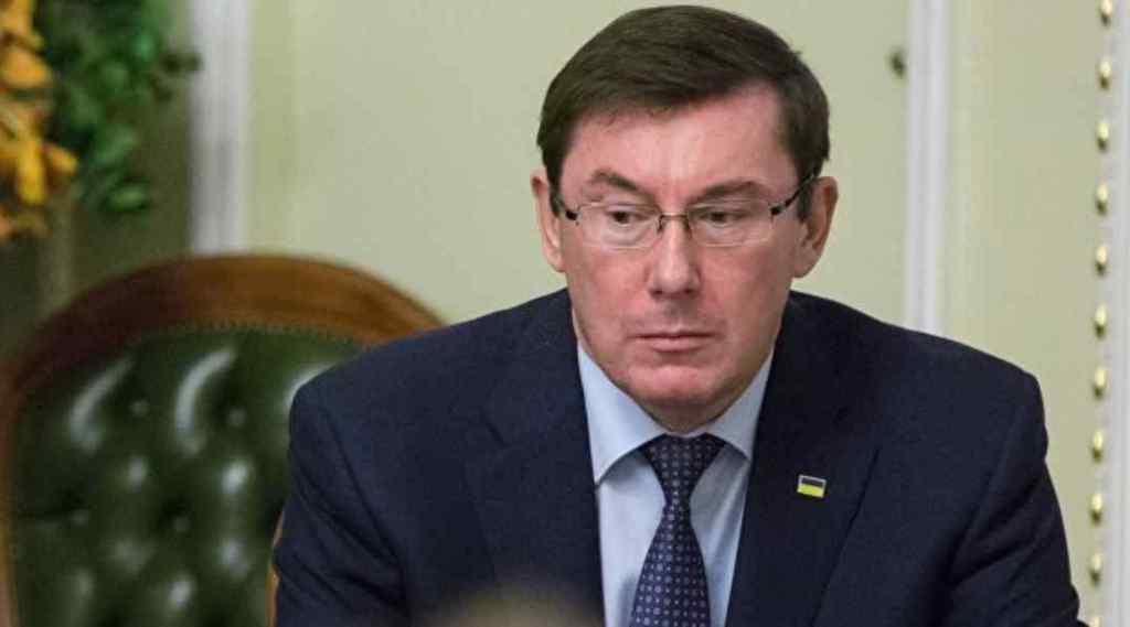 Юрій Луценко відмовився працювати в штабі Порошенка і покине свій пост в травні