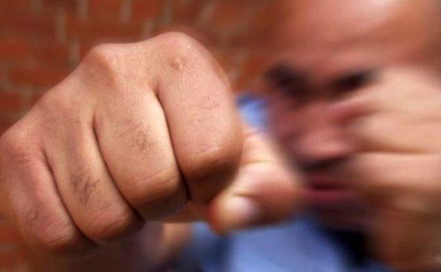 Нічого не пояснивши накинувся з кулаками: В Києві неадекватний охоронець жорстко побив покупця