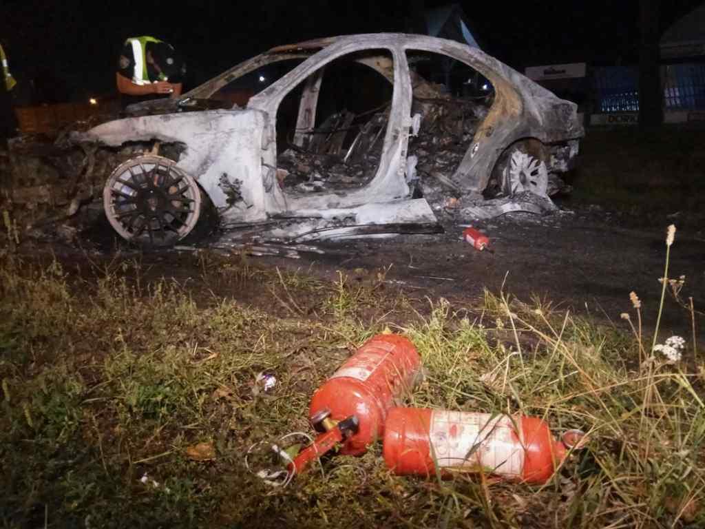 Намагався втекти: У Києві Mercedes потрапив у ДТП і згорів вщент