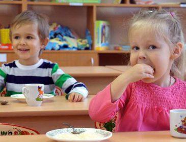"""""""Я її відклав, але вона все одно якось потрапила"""": В Києві у дитсадку  дитина разом з супом з'їла на обід дріт"""
