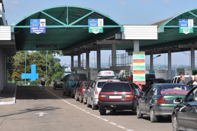 Шалені черги: кордон з Польщею паралізують