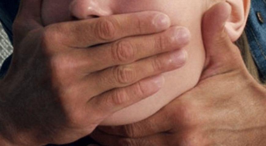 Йшла на роботу: Під Києвом неадекватний молодик посеред білого дня зґвалтував дівчину