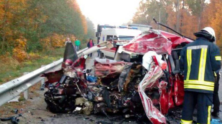 Моторошна ДТП на Київщині: Легковик на шаленій швидкості врізався в вантажівку, є жертви