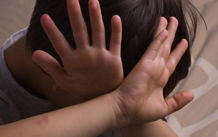 Змушувала приймати невідомі ліки та била: На Буковині  вихователька знущалась над дитиною