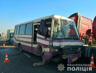 Моторошна аварія на Львівщині: Рейсова маршрутка врізалася у вантажівку, перші подробиці