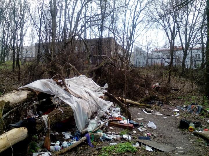 Кілька разів з усієї сили вдарив головою об цементну, а тіло викинув на смітники: На Київщині чоловік по-звірячому вбив жінку