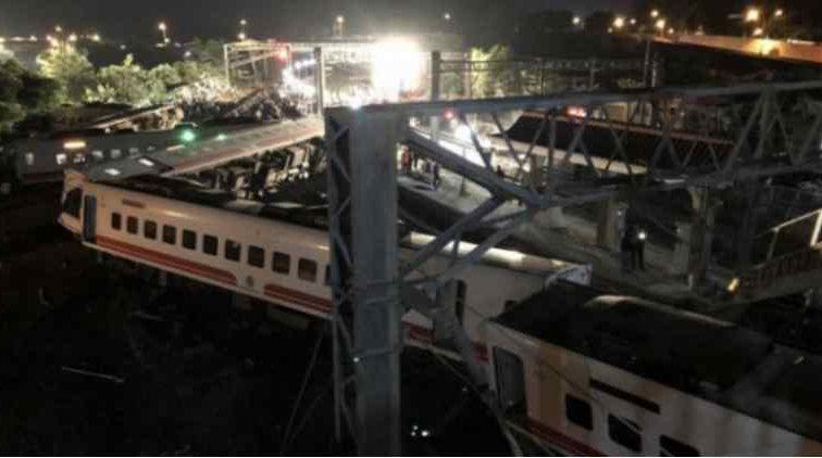 Влетів на перон, знищуючи все на своєму шляху: Пасажирський потяг потрапив у жахливу аварія