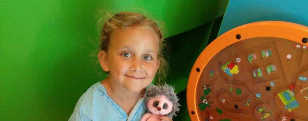 Тяжка недуга з самого дитинства заважає дитині жити повноцінним життям: 8-річна Саша потребує вашої допомоги
