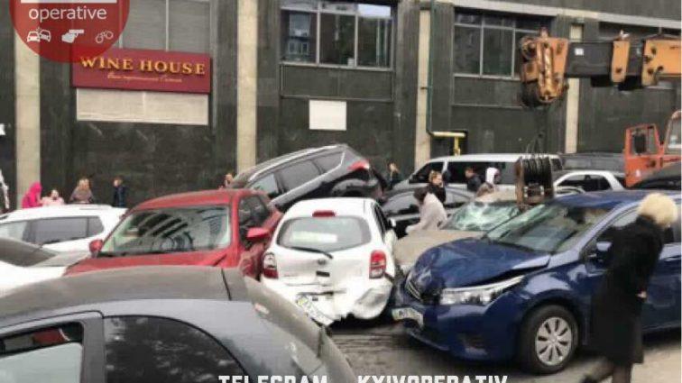 У центрі Києва КамАЗ без гальм зніс 10 авто: перші подробиці моторошної ДТП