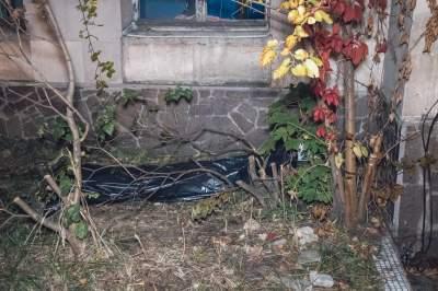У Києві біля станції виявили тіло чоловіка